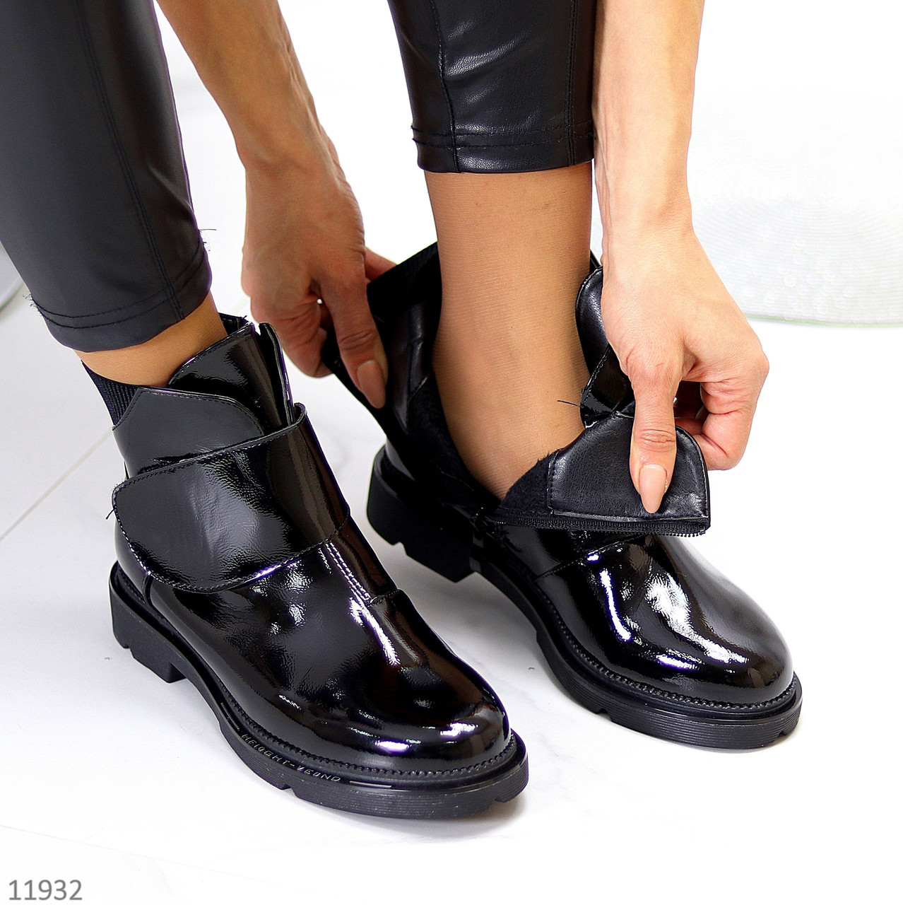 Лаковые глянцевые стильные черные женские ботинки на липучке низкий ход