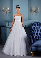 Лаконичное свадебное платье с красивым ленточным корсетом и воздушным, как облако, бантом