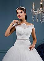 Поразительное свадебное платье с фигурным вырезом горловины и красивыми пуговицами на спинке