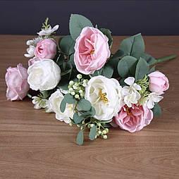 Букет розы Остин с бутонами и ягодами.  бело -розовая 46 см