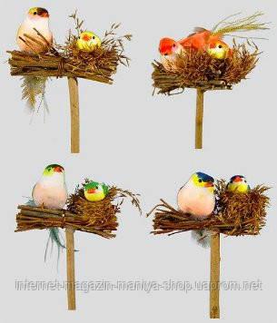 Декоративная птица в гнезде