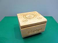 Небольшая квадратная резная шкатулка ручной работы из дерева