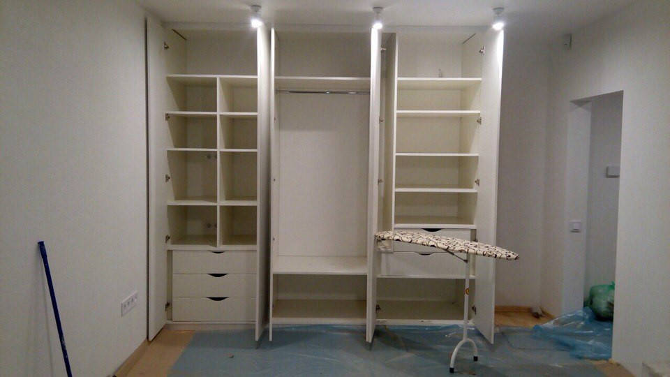 Шкаф со встроенной гладильной доской