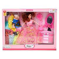 Кукла с платьями и трюмо