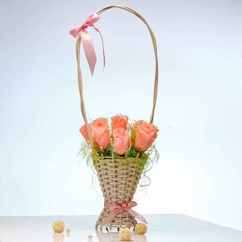 Букет из конфет Розовые розы 9 в белой корзинке