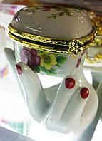 """Сувенир,подарок подставка для колец """"Рука с шкатулкой """" (керамика)"""