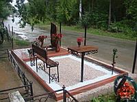 Касивая кованая скамейка на кладбище
