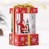 """Новогодний декор лампа -""""Подарок маленький"""" со снегом и сантой красного цвета 11*6,5*6,5 см."""