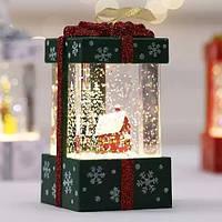 """Новогодний декор """"Подарок маленький"""" со снегом и домиком зеленого цвета 11*6,5*6,5 см."""