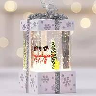"""Новогодний декор лампа -""""Подарок маленький"""" со снегом и снеговиком белого цвета 11*6,5*6,5 см."""