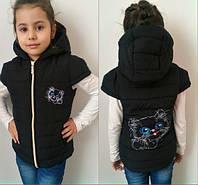 Детская черная синтепоновая жилетка Белый Котенок . Арт-1502ж