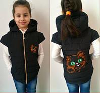 Детская черная синтепоновая жилетка Яркий Котенок . Арт-1502ж