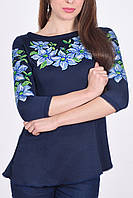 Модная женская блуза из качественного трикотажа украшена вышитыми лилиями