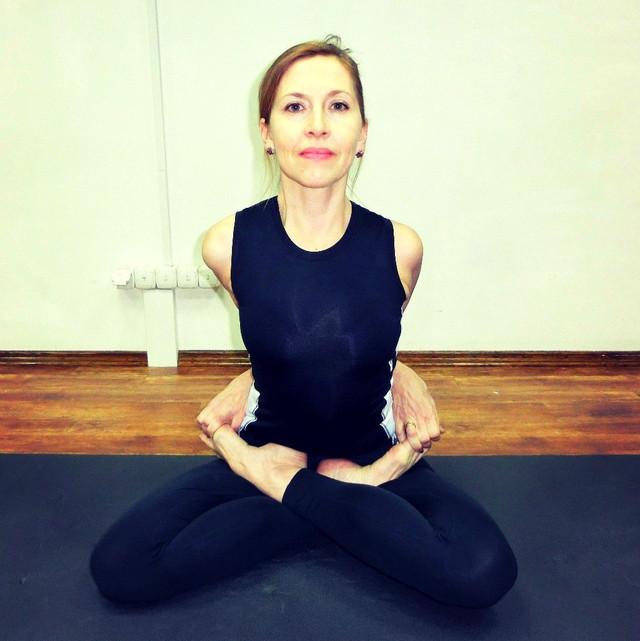 Методист Анжелика Корпан проводит обучение на инструктора воздушной йоги в школе Олимпия