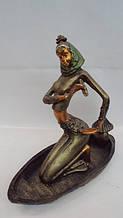 Статуетка в човні Дівчина