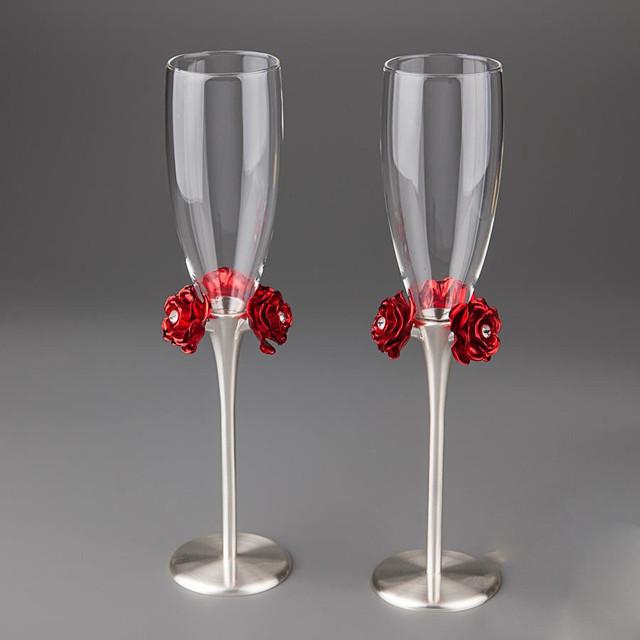 Красивые свадебные бокалы на металлических ножках