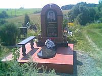 Памятник из гранита Габбро, с аркой Лезники ,на тумбе с вазами ,надгробной плитой,лавкой на точенных ножках.