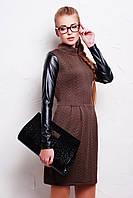 Коричневое женское платье с кожаными рукавами