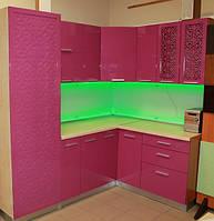 Кухня со сквозными фасадами и фасадом с перфорированной накладкой