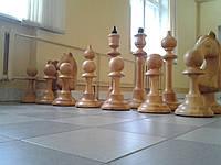 Уличные шахматные фигуры из дерева