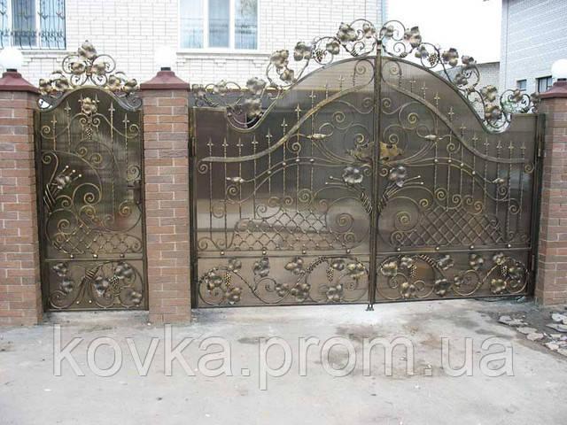Кованые ворота с калиткой и поликарбонатом, код: 01030