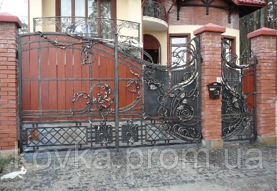 Кованые распашные ворота с калиткой, с элементами дерева, код: 01035