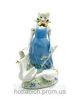 Девочка в голубом сарафане с гусями