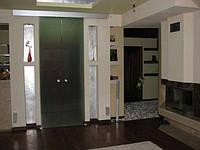 Матовые раздвижные двустворчатые двери над проемом