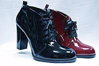 Лаковые туфли на каблуке  со шнурками.