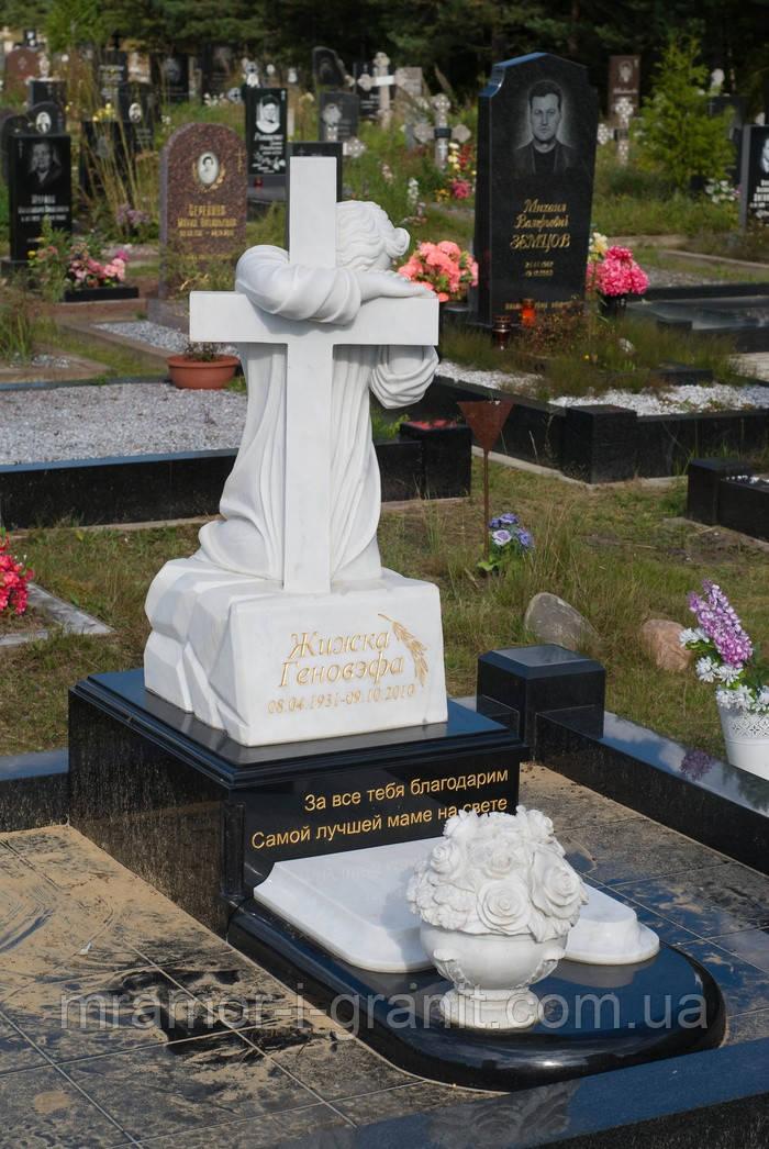 Мраморный крест с ангелом