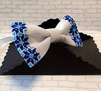 Вышитая бабочка белая с голубым узором