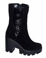 Женские замшевые ботинки на тракторной подошве, декорированы лаковой вставкой и фурнитурой.Демисезон