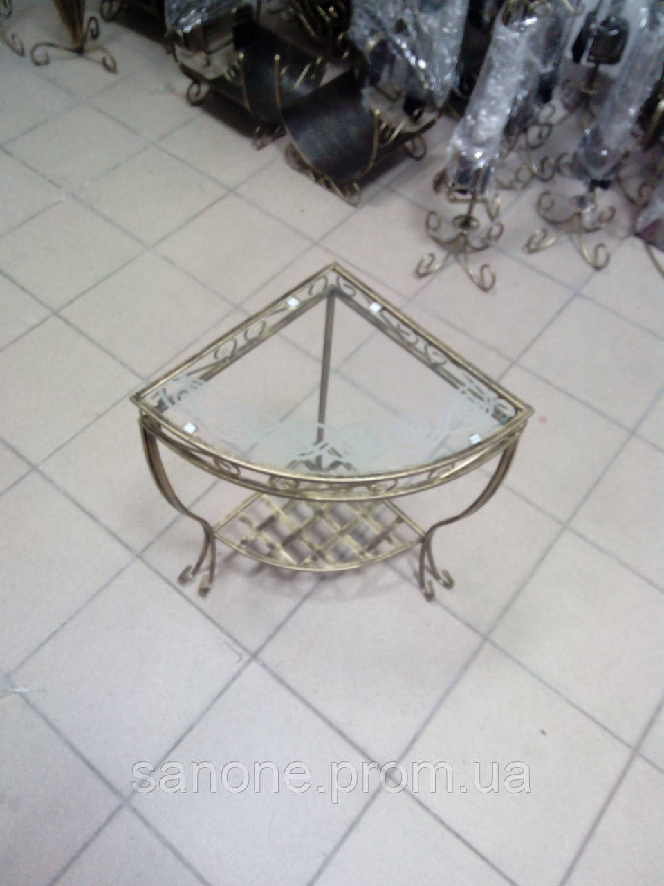 Кованый столик угловой маленький .