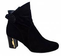 Стильные женские замшевые демисезонные ботинки, декорированы стразами.