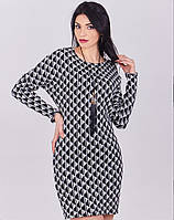 Платье-туника украшена элегантным кулоном