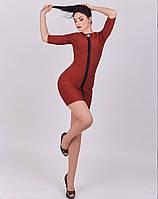 Платье имеет приталенный фасон и длину до колен