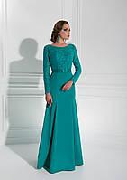 Поразительно красивое вечернее платье с V-подобным вырезом на спинке украшено гипюром