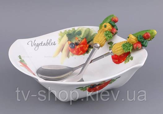 Салатник с ложкой и вилкой Овощное ассорти