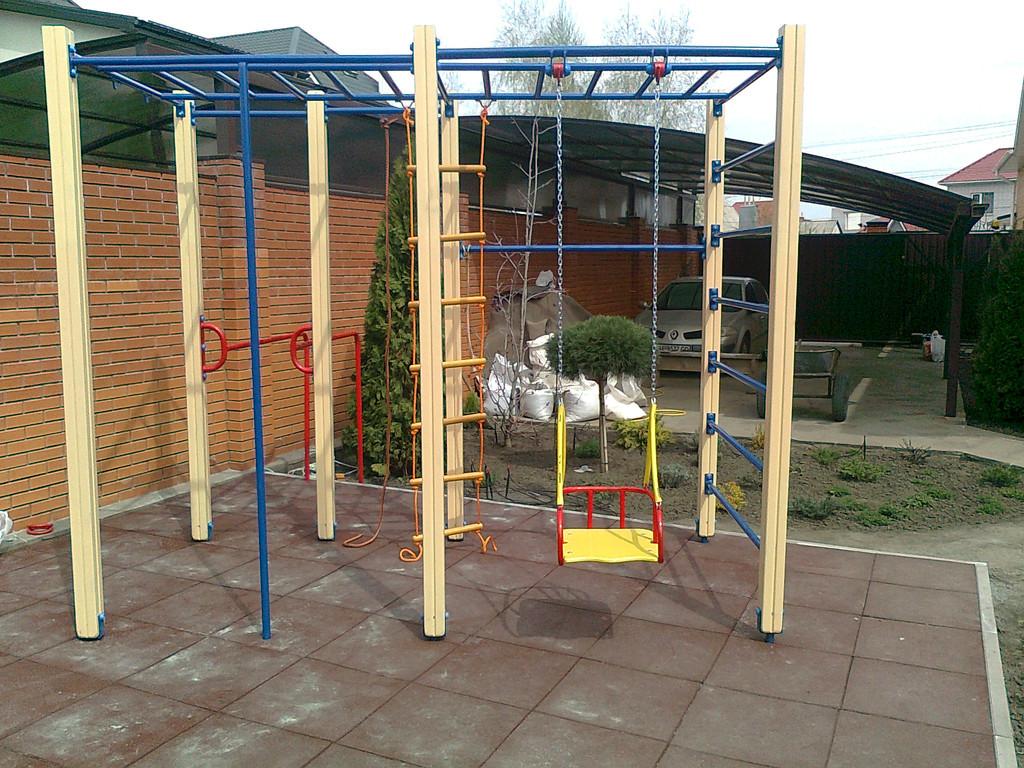 Укладка резинового покрытия для детской площадки с монтажем  игрового комплекса