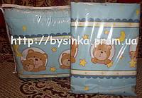 """Защита для детской кроватки и комплект постели из 3- х ед -""""Голубые мишки в кружочек""""."""