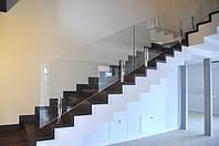 Стеклянное ограждение лестницы на стойках