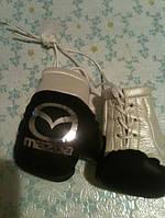 Боксерские перчатки в машину на стекло сувенир брелок Мazda серебро
