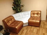 Секционный диван Клуб. Может быть выполнен из любого количества секций, а за счет углов хорошо подходит под формирование Г-образных и П-образных форм.