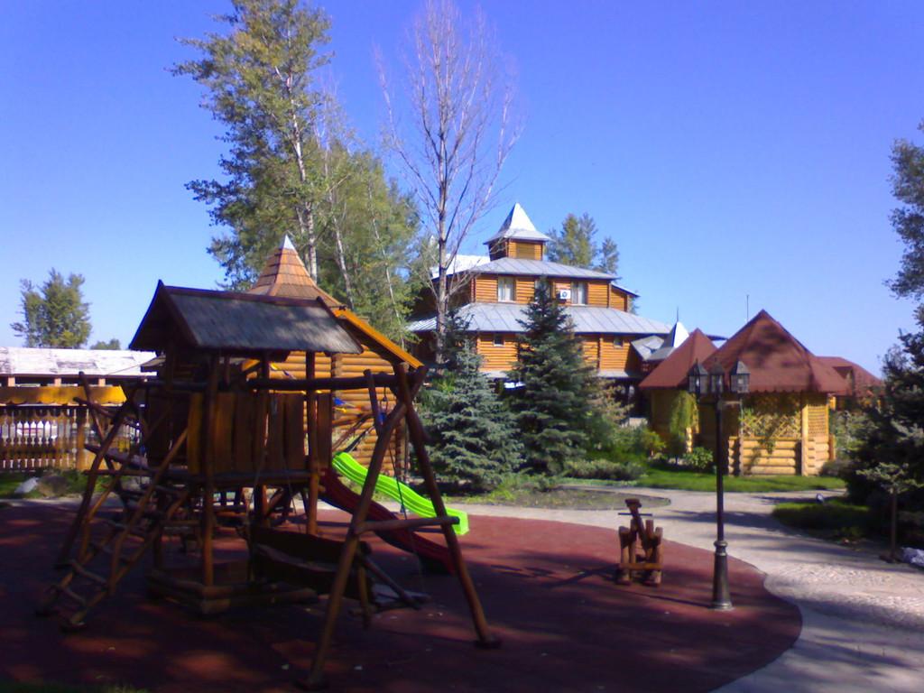 Укладка покрытий детских площадок с последующей установкой качели и горки
