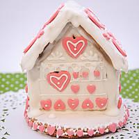 Пряничный домик с сердцами из мастики