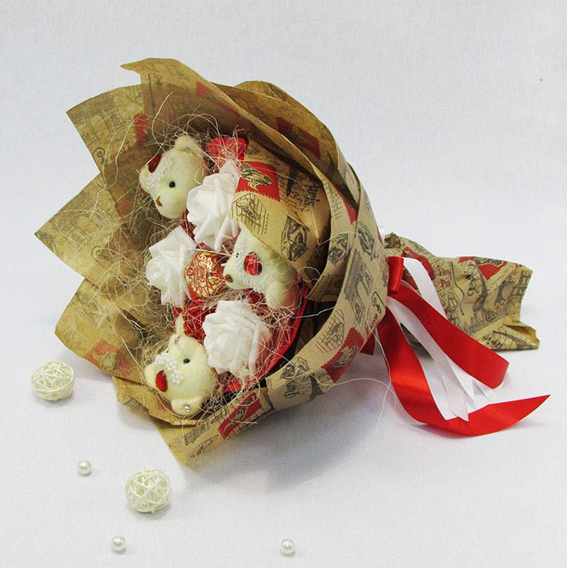 Букет из игрушек Мишки 3 с розами в бумаге