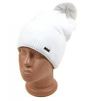 Модная белая шапка с помпоном