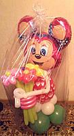 Минни Маус из воздушных шаров с букетом из 5-ти цветочков в ручках.