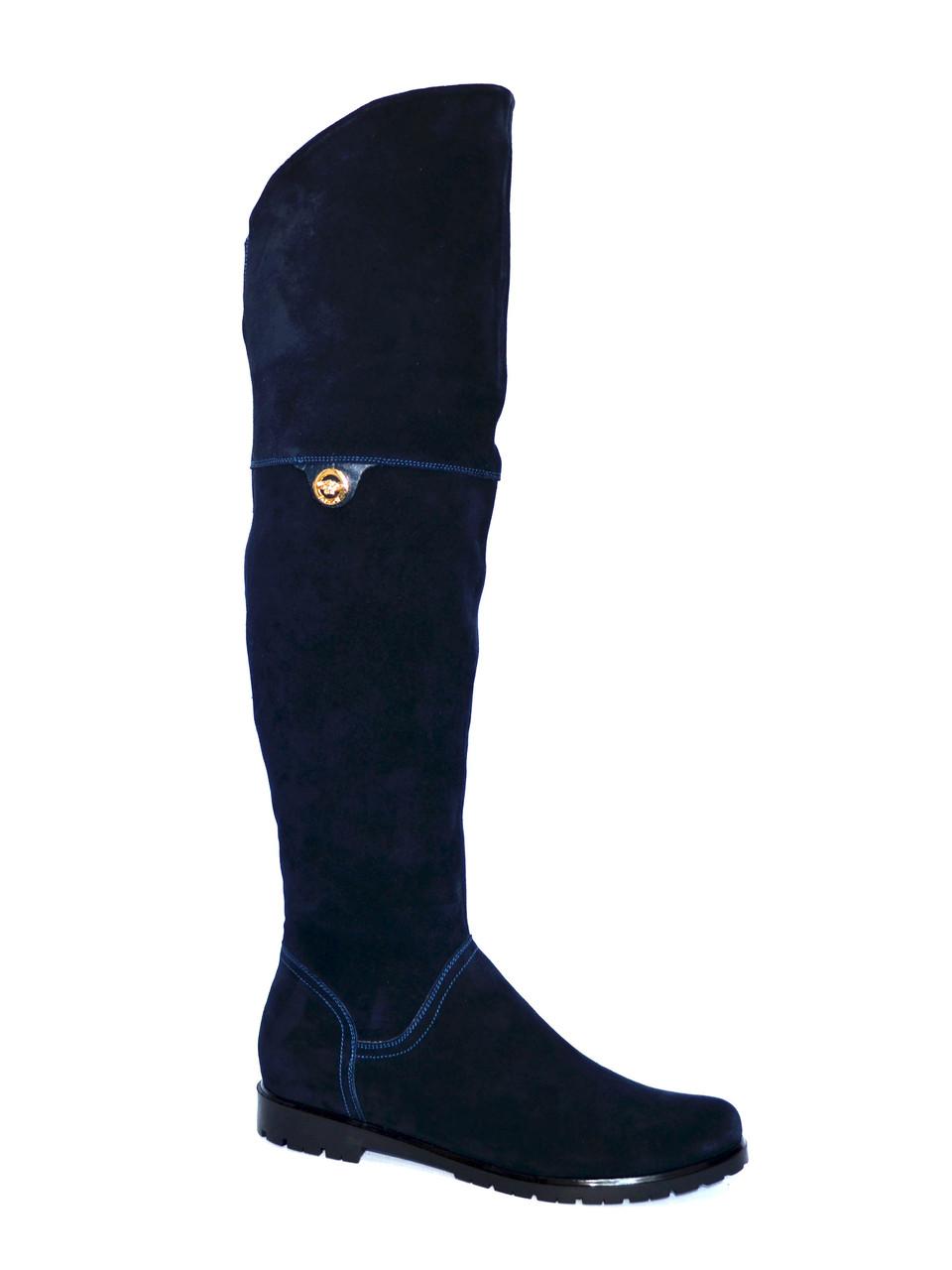 Замшевые синие женские демисезонные ботфорты, декорированы брошкой.