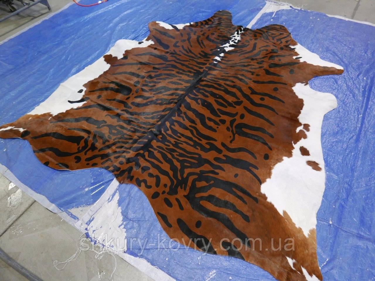 Шкура коровы для интерьера тигр на коричнево белом фоне